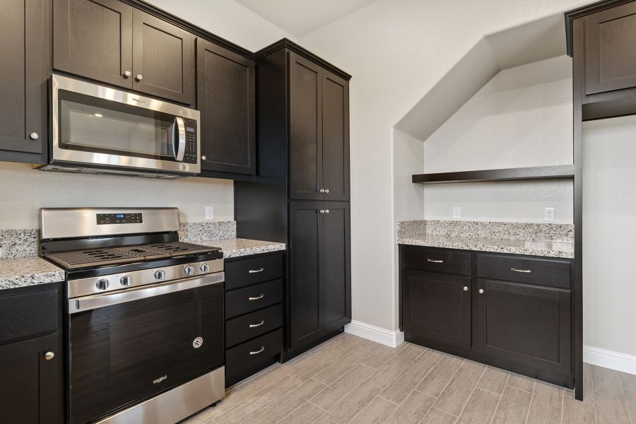 Wall pantry with pull-out drawers
